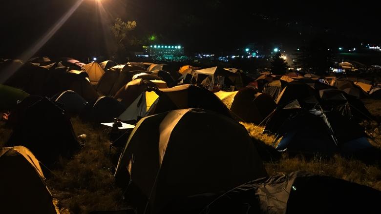 暗いキャンプサイト
